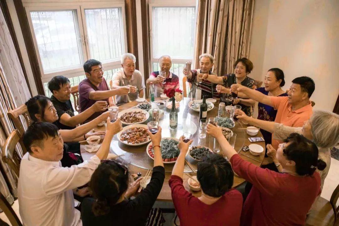 14个好友租下两栋别墅,同吃同住,抱团养老